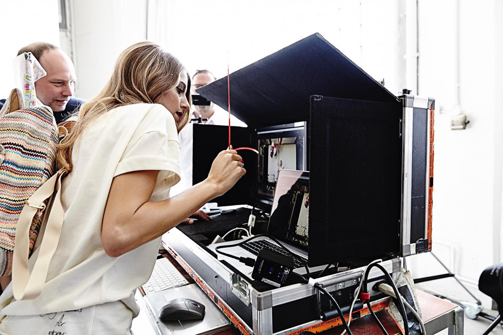 Cathy Hummels bei der Produktion der Kampagne (Credit: eBay Fashion)