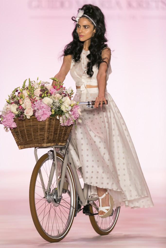 Zoe Helali, Guidos Muse, eröffnete wie jedes Mal die Fashion Show. Dieses Mal auf einem Diamant Fahrrad (Credit: Harry Vorsteher)