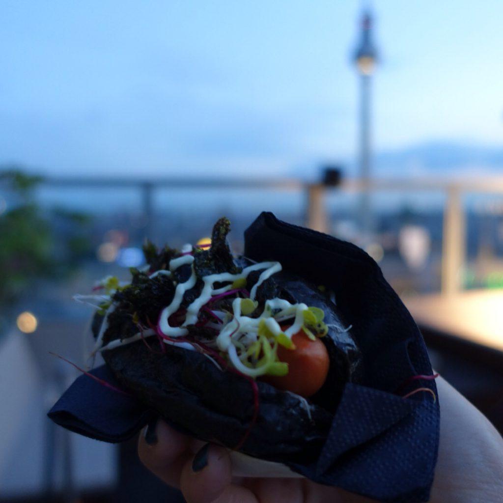 Party über den Dächern von Berlin mit unglaublichem Ausblick und leckerem Essen (Credit:: Fashion-Meets-Media.com)